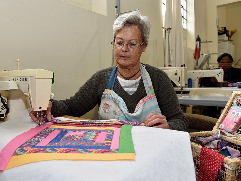 Doação da Singer beneficia artesãos do Armazém das Oficinas